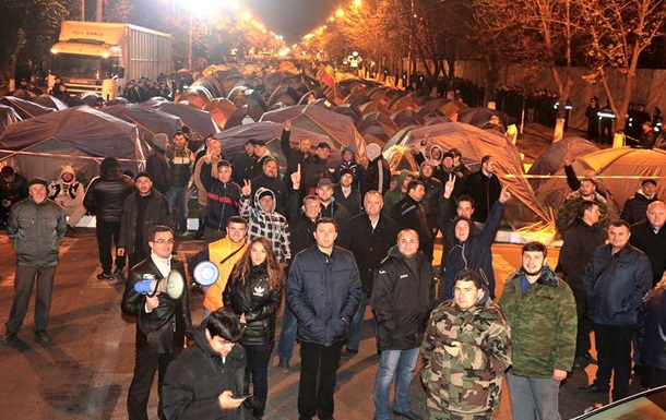Протестующие в Кишиневе перекрыли центральную улицу
