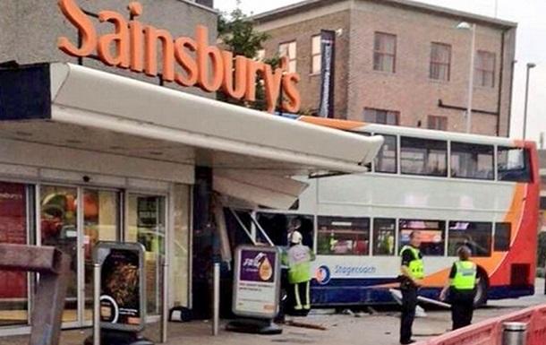В Великобритании двухэтажный автобус въехал в магазин