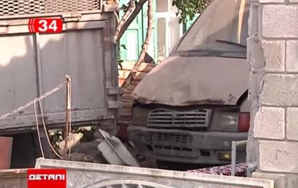 На Днепропетровщине грузовик после аварии застрял в доме на неделю