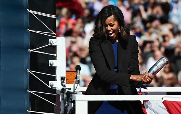 Мишель Обама с третьей попытки разбила бутылку о новую подлодку