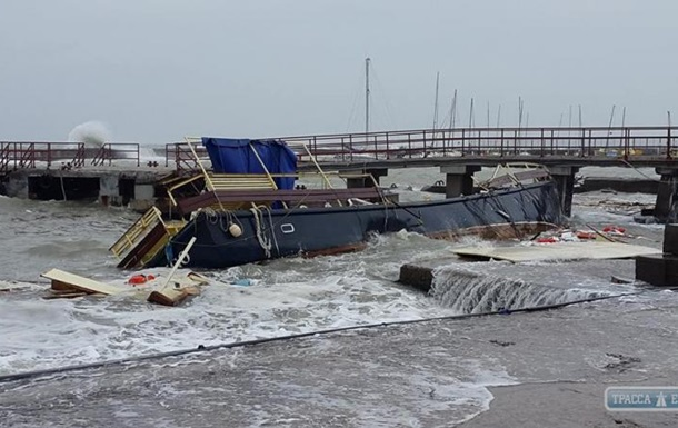 Шторм в Одессе разбил яхту и повредил набережную
