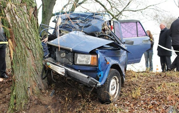 На Черниговщине ВАЗ врезался в дерево, погибли три человека