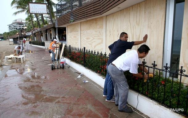 В Мексике из-за урагана эвакуируют туристов
