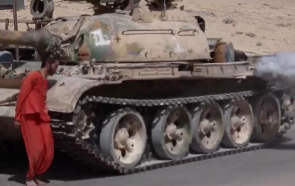 ИГИЛ казнил сирийского солдата, переехав танком. 18+