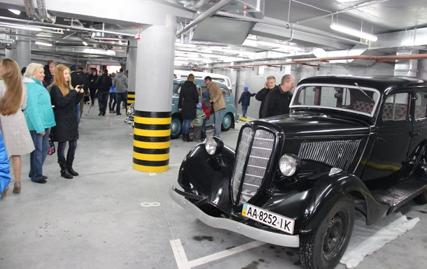 В день автомобилиста «Укрбуд» устроил на открытии нового дома выставку ретроавто