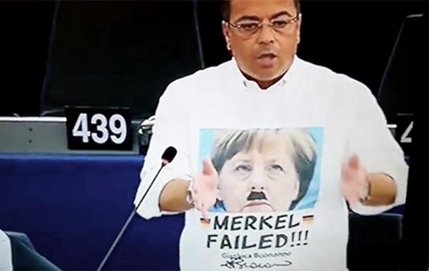 Евродепутата оштрафовали за футболку с Меркель в образе Гитлера
