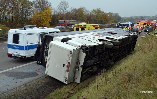 В Германии перевернулся автобус с детьми