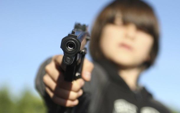 Американец бросил внучку c пистолетом в пустыне