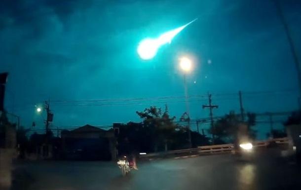 Ночное небо над Бангкоком осветил метеорит