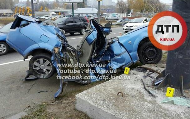 ДТП в Киеве: от удара авто сложилось пополам