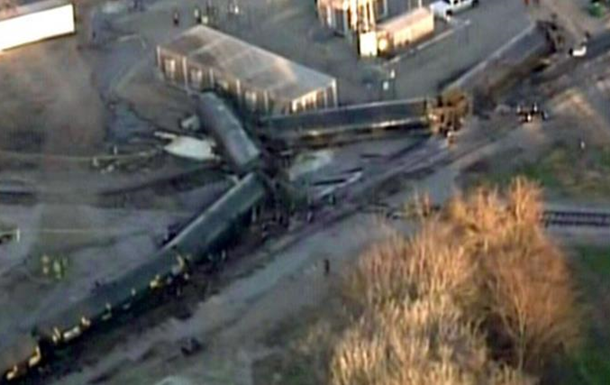 В США сошел с рельсов грузовой поезд с нефтью