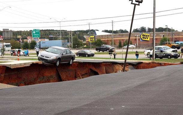 12 автомобилей провалились под землю на парковке в США