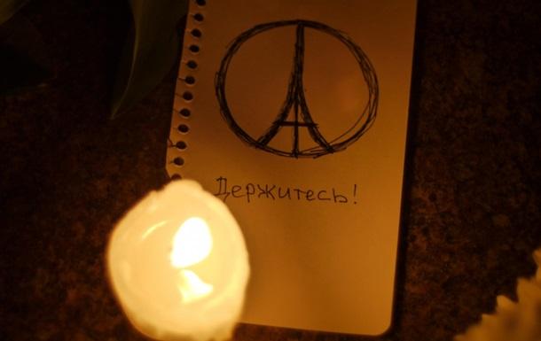 В Киеве с ночи несут цветы к посольству Франции