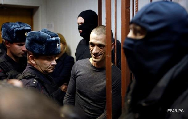 Поджегшему дверь ФСБ художнику предъявили обвинение