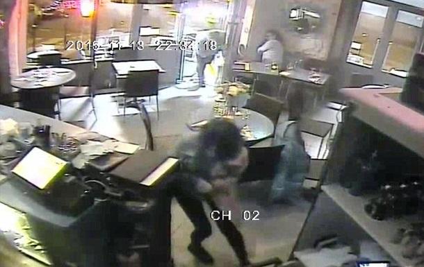 Появилось видео расстрела людей в ресторане Парижа