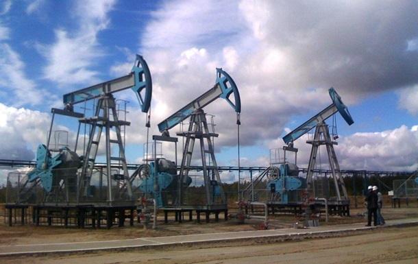 Цены на нефть колеблются у трехмесячного минимума