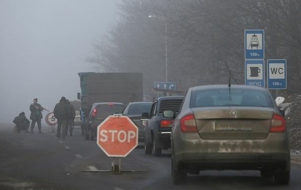 КПП в Донбассе работают с перебоями из-за обстрелов