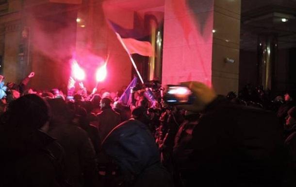 Возле офиса Ахметова в Киеве произошли потасовки