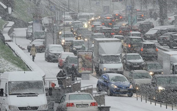 Через мокрий сніг уКиєві водіїв закликали пересісти нагромадський транспорт