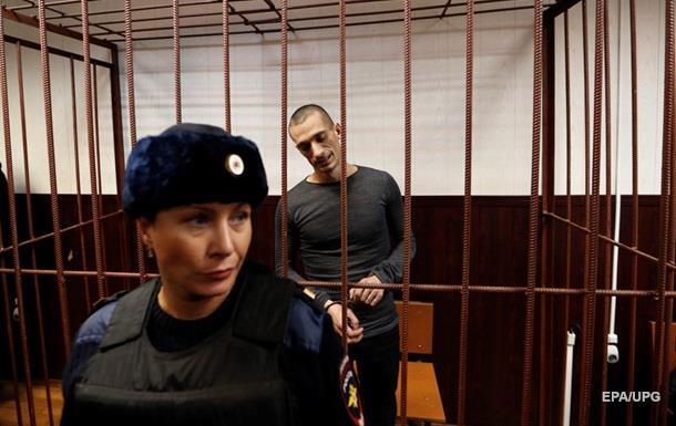 Поджегший дверь ФСБ художник просит судить его за терроризм