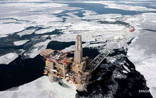 Нефтяные доходы России снизились почти вдвое