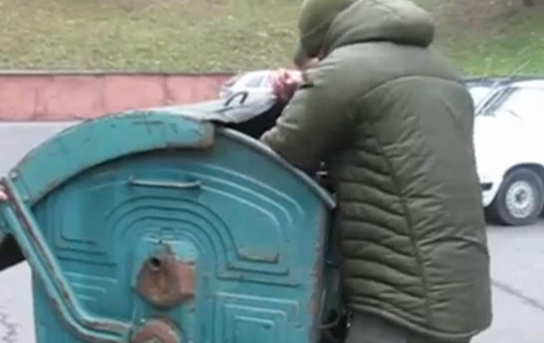 В Ровно чиновника бросили в мусорный бак