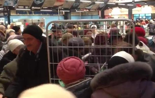 Киевляне устроили давку из-за рыбы в супермаркете