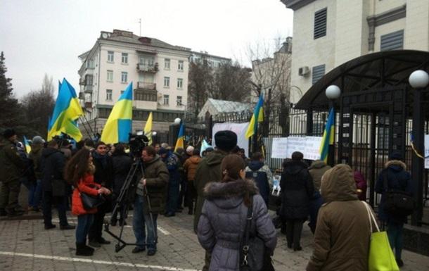 Татары пикетируют посольство РФ в Киеве