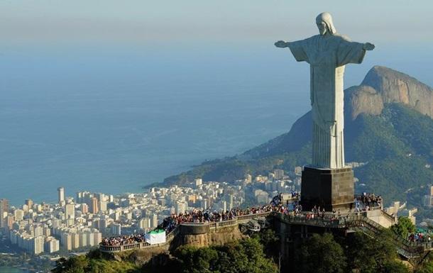 Российские руферы забрались на статую Христа в Бразилии
