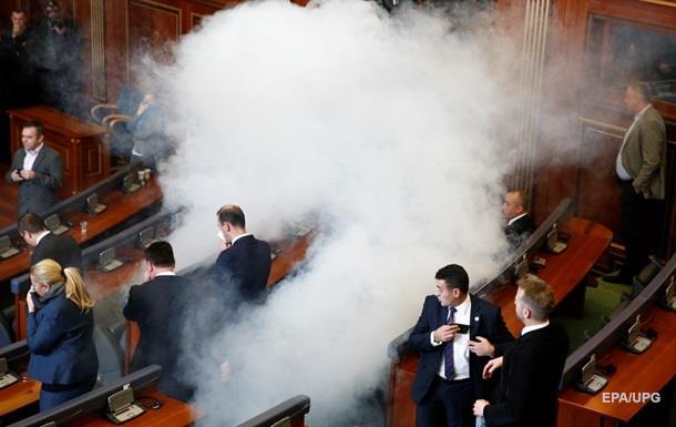 В парламенте Косово снова распылили газ