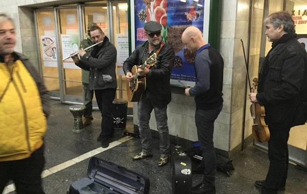 Борис Гребенщиков спел у входа в киевскую подземку