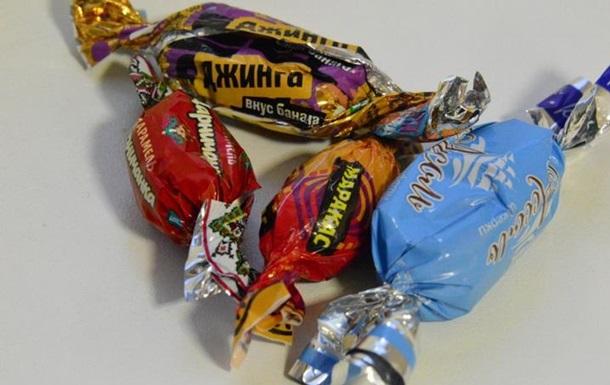 На Прикарпатье расследуют закупку конфет из РФ