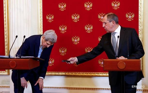 Лавров на встрече в Москве подарил Керри Деда Мороза
