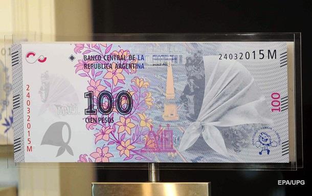 Курс аргентинского песо к доллару обрушился почти вдвое