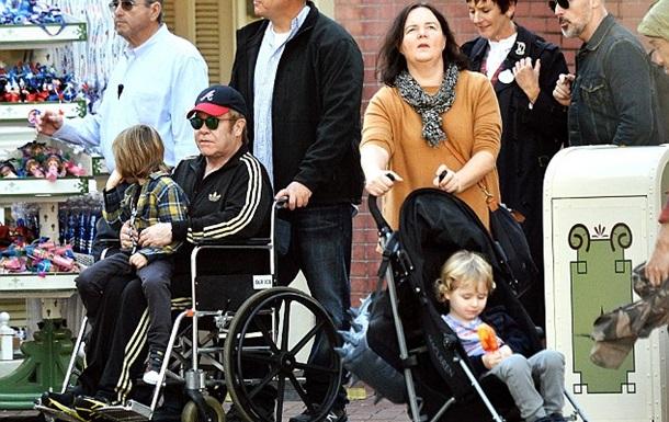 Элтона Джона заметили в инвалидном кресле