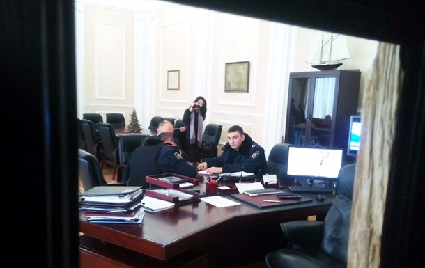Мэру Полтавы выбили дверь в кабинет