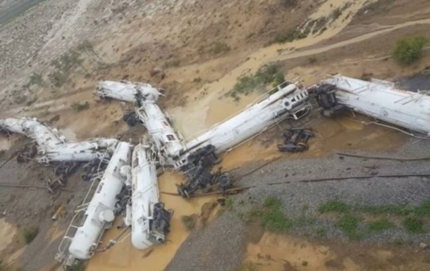 ВАвстралії зійшов зрейок потяг з сірчаною кислотою