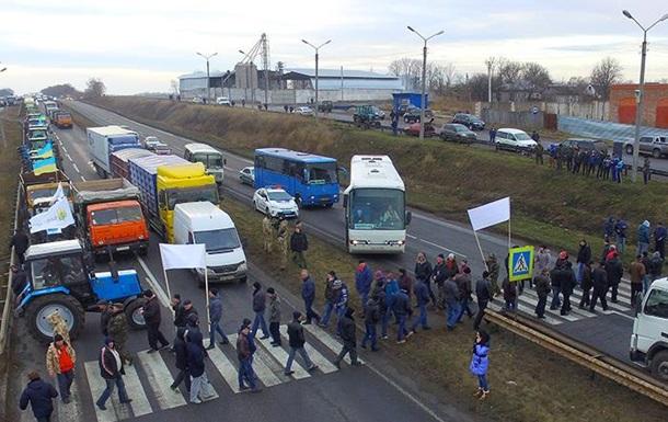 В Украине аграрии перекрыли центральные трассы