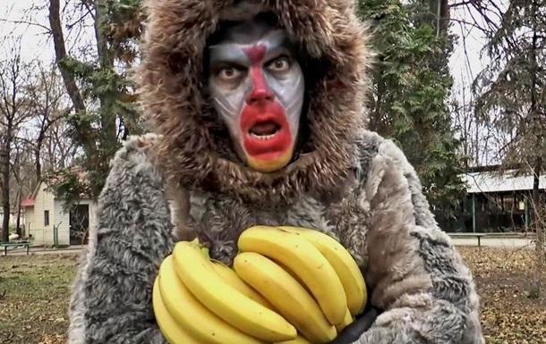 Директор Одесского зоопарка снялся в роли обезьяны в новогоднем видео