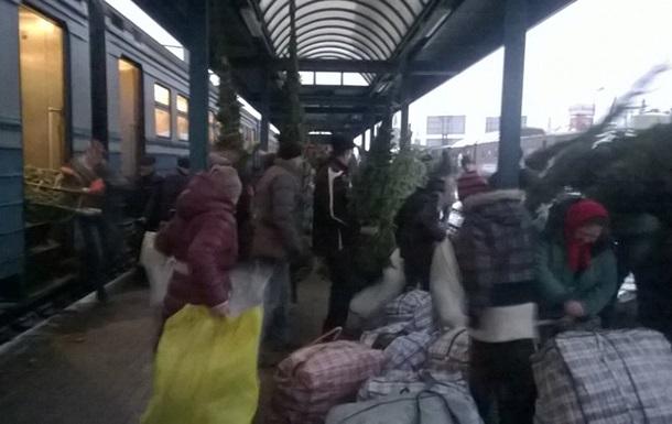 На Львовщине грозят отменить поезда из-за торгашей елками