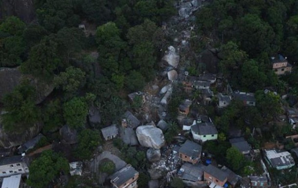 В Бразилии скала обрушилась на жилой квартал