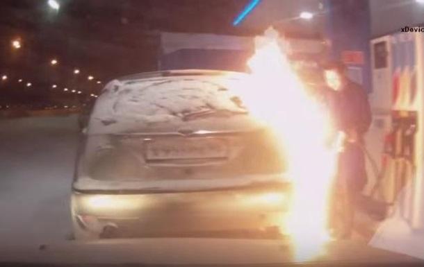 Женщина  зажгла  во время заправки автомобиля