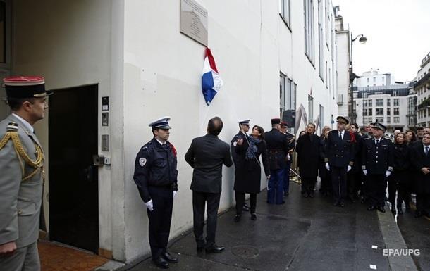 На мемориальной табличке Charlie Hebdo в Париже нашли опечатку