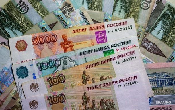 Рубль продолжил падение вслед за нефтью