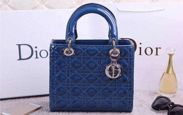 Из авто уборщицы Газпрома украли сумку Dior за 300 тысяч рублей