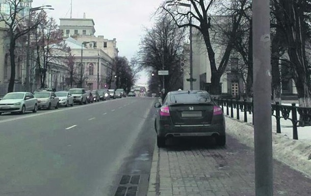 Советник главы МВД заблокировал движение по тротуару у Рады - СМИ