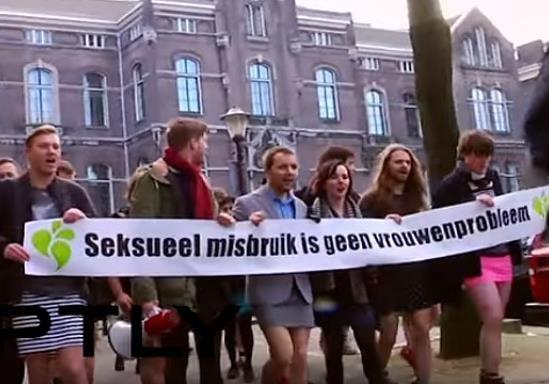 Голландцы вышли на площадь в мини-юбках – женщины польщены