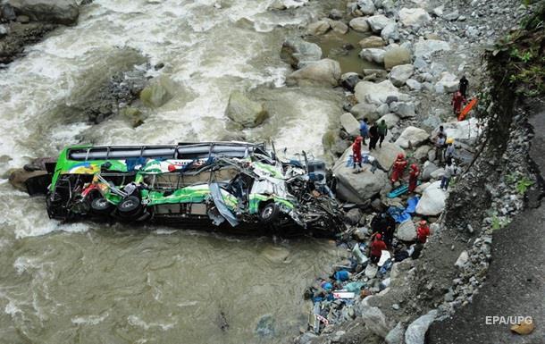 У Перу внаслідок падіння автобуса з обриву загинули 16 людей