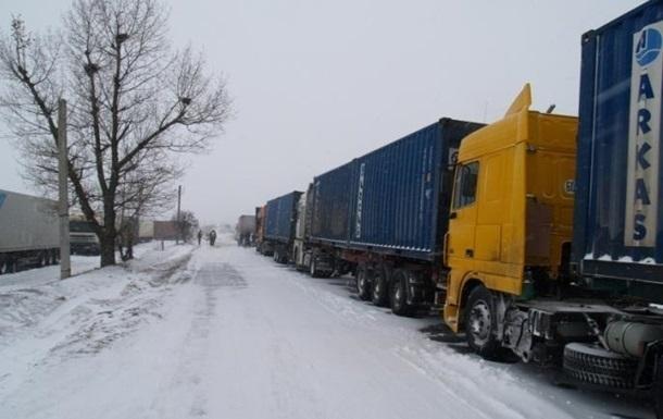 На Кировоградщине на трассе застряли десятки фур