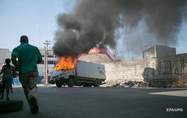 На Гаити полиция применила слезоточивый газ против митингующих